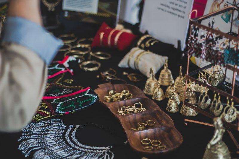 Pomysły na prezent dla dziewczyny – naszyjnik celebrytka czy kolczyki  brylantami?